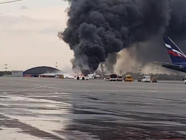 В Шереметьево тушат самолёт. Лайнер экстренно вернулся из-за пожара на борту