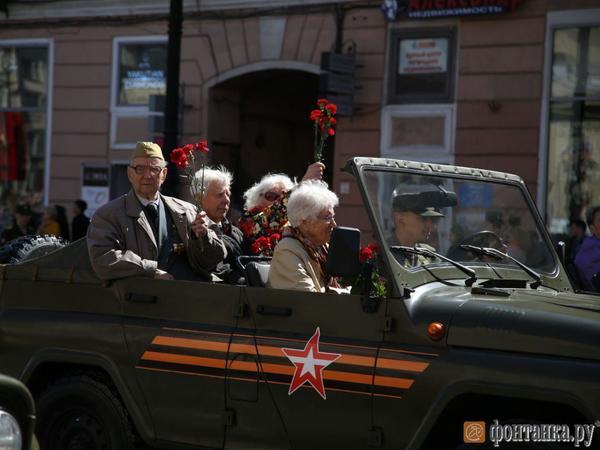 По Невскому проспекту на ретро-машинах едут ветераны Великой Отечественной войны