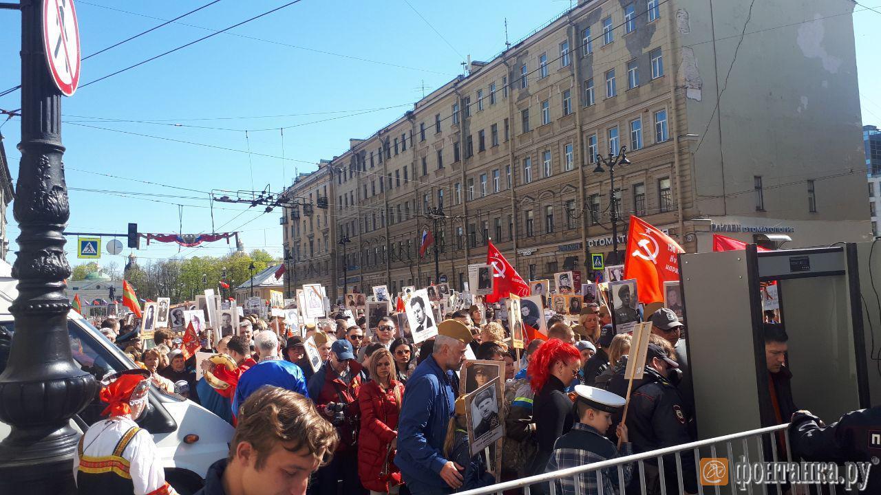 На площади Восстания готовится к началу шествия колонна «Бессмертного полка» (Иллюстрация 2 из 3) (Фото:
