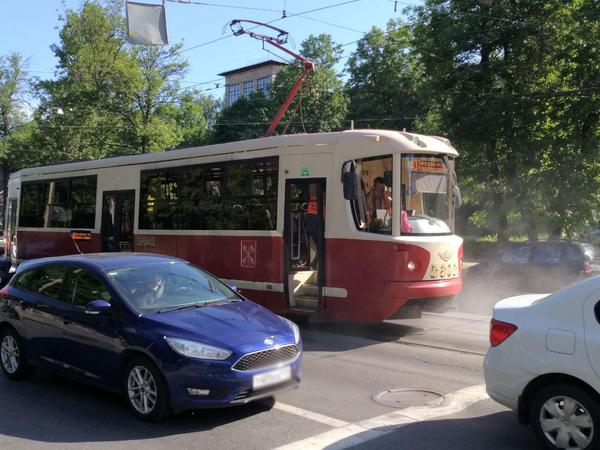 Трамвайная пробка из Купчино перекинулась на Энгельса. «Рогатых» подвёл дымящийся собрат