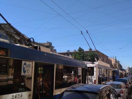 «Форд» и мотоцикл заблокировали Суворовский проспект. В пробке встали 13 троллейбусов