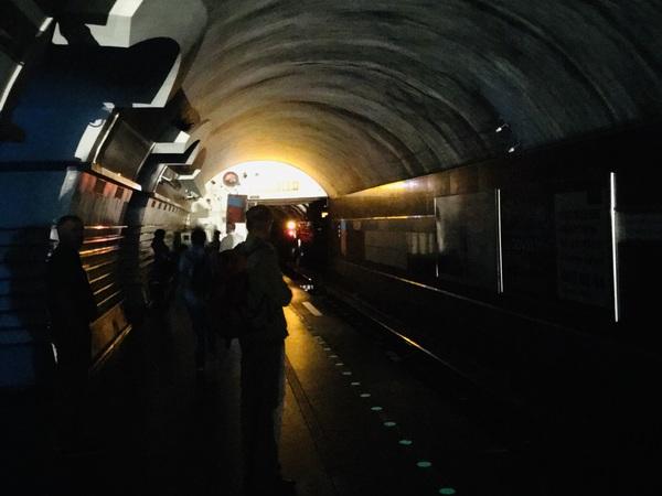Станция «Невский проспект» погрузилась во тьму. Пассажиры метро идут, освещая путь телефонами