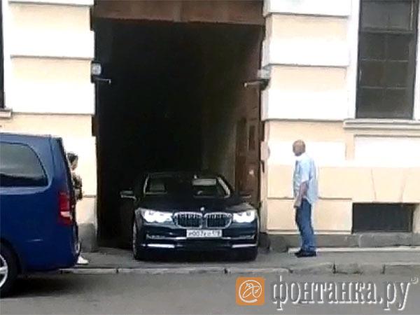 Реставрация по Шнурову. Лидер «Ленинграда» переделал в гараж арку исторического дома