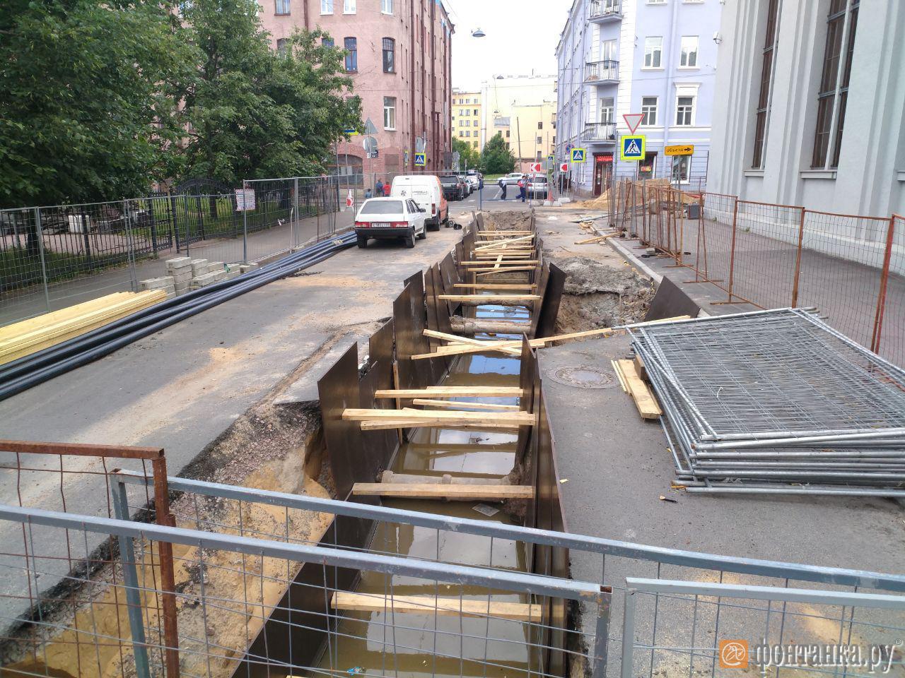 В районе подстанции на ул. Ленина. Напротив вырыта траншея, которая вся залита водой