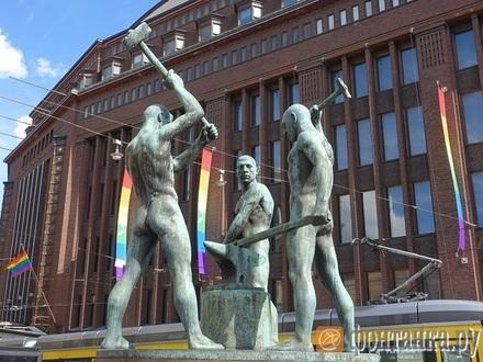 Хельсинки переоделся в цвета радуги в честь ЛГБТ-недели.  Инфоспонсором прайда стала евангелическо-лютеранская церковь