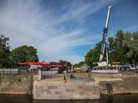 Демонтированный Доковый мост вновь соединил две части Кронштадта. Но движение откроют только в июле