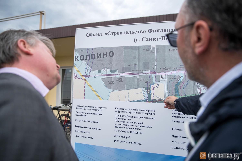 Генеральный директор СК «Орион плюс» Алексей Вихарев докладывает вице-губернатору Эдуарду Батанову о построенной улице Финляндской