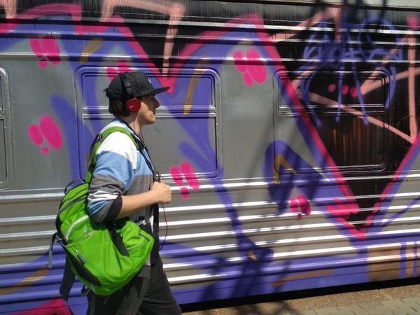 Гетто в Посёлке. Вандалы под Гатчиной за ночь разрисовали электричку и лишили пассажиров удовольствия смотреть в окно