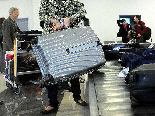 В Шереметьево пассажиры минимум час, максимум — шесть ждут багаж, пока его носят грузчики за 45 тысяч в месяц