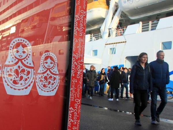 Туристов перевели на стрелку. Почему в порту Петербурга недолюбливают самостоятельных путешественников