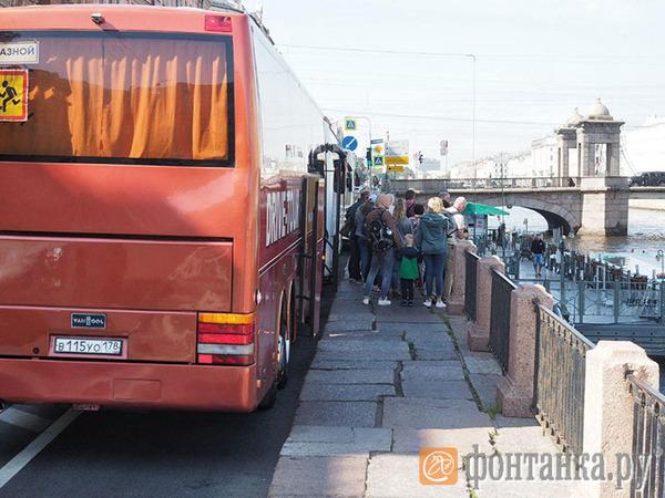 А bus и ныне там. Велополосу на Фонтанке не удалось расчистить от туристических автобусов. Велодорожка на Фонтанке все так же недоступна для велосипедистов
