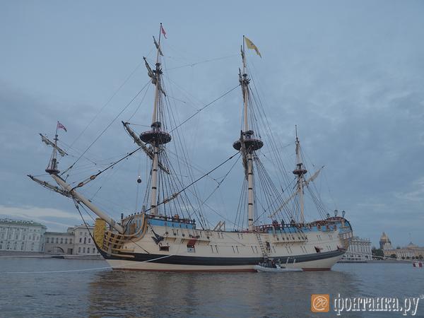Ночной Петербург с борта легендарной «Полтавы». Как линейный корабль готовится возглавить парад в День ВМФ. ВИДЕО