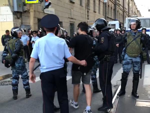 Полиция Петербурга собрала урожай на митинге за честные выборы. Одного активиста задержали на пешеходном переходе
