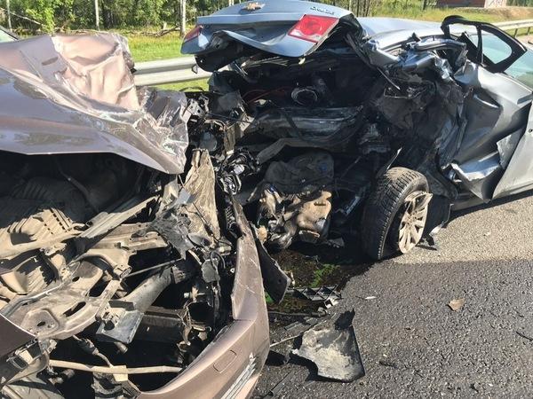 Volkswagen Touareg ополовинил поломавшийся на КАД Chevrolet Cruze
