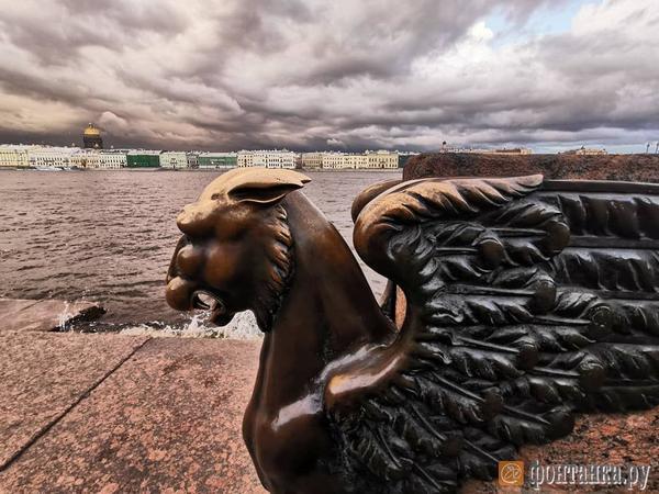 Грозный Петербург. Очевидцы сообщают о молнии, ударившей в колокольню Исаакия
