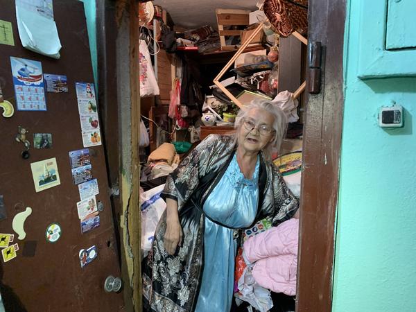 «Надо бы убраться». Приставы с помощью пилы-болгарки выселили из дома звезду рэперских клипов и лицо масла «Баба Валя»