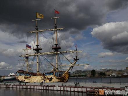 «Полтава» зашла в Неву. Фрегат ждет посетителей на Английской набережной