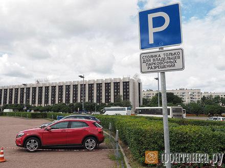 Парковку для избранных сделали у Монумента защитникам Ленинграда. Разрешения выдает дочка бывшего офицера ГАИ