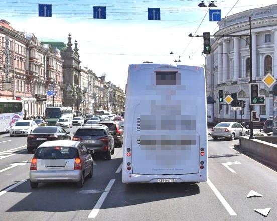 Движение по правому ряду разрешено только направо, на Садовую улицу.