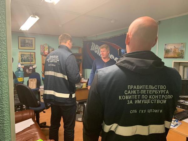 Торговля сбилась с пути. Смольный выселил незаконный автосервис из-под путепровода в Калининском районе