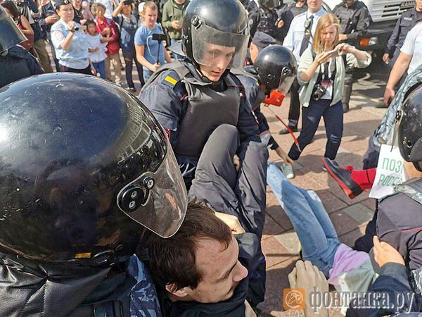 На протестной акции в Петербурге - от 14 до 20 задержанных. У Гостиного двора распылили перцовый газ