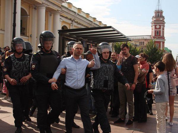 На протестной акции в Петербурге задержали 78 человек. Митинг продолжился в отделе полиции