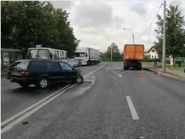 Две женщины на «немцах» встретились в Колпино и поймали КамАЗ. Среди пострадавших ребенок