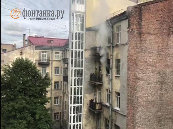 Пожарные тушат квартирный пожар в центре Петербурга. Хозяином «двушки» занимаются врачи