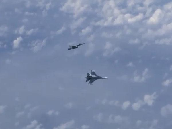 Истребитель НАТО приблизился к самолету Шойгу над Балтикой. Российский Су-27 отогнал незваного гостя