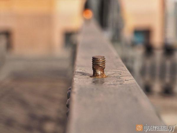 Золото манит. Банковский мост разбирают на сувениры