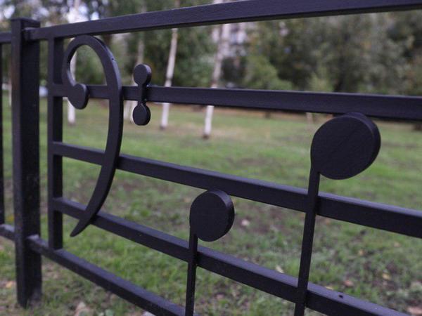 На заборе написано. Послушайте, какая музыка увековечена в сквере, ожидающем памятник Виктору Цою