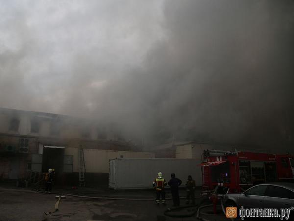 Из горящего здания на Пулковском шоссе вынесли взрывоопасные баллоны. Площадь пожара выросла до 1000 квадратов