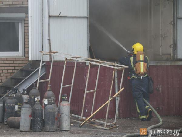 Спасатели укротили огонь на Пулковском шоссе. Ранг пожара понижен