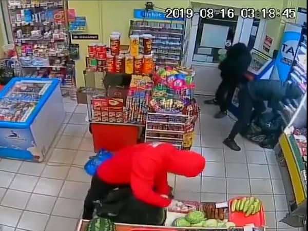 Видео налета на проспекте Энгельса: с рублями не повезло – выметаем твердую валюту