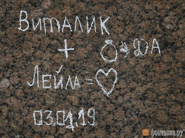 О чем петербуржцы и туристы писали на стенах Петропавловки. Крепость отмывают от 70 лет «наскального творчества»