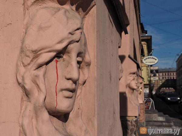 Разрушенное лицо русалки на доме Николаевых заменили инсталляцией в виде QR-кода. В КГИОП отношение к стрит-арту пока не сформировали