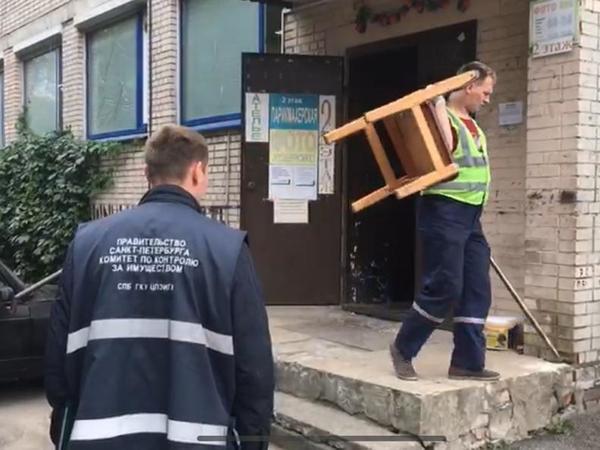 Смольный выселил незаконный дом быта в Красногвардейском районе и снёс торговый павильон в Красносельском