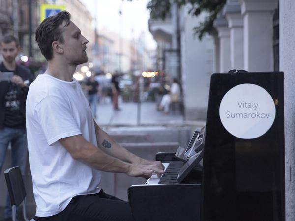 Не стреляйте в пианиста. Теперь жители улицы Рубинштейна объявили войну уличному музыканту
