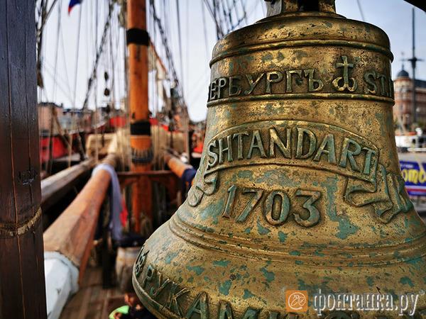 День на берегу, десять лет в море. Как изгнанный из Петербурга «Штандарт» ждет возвращения домой
