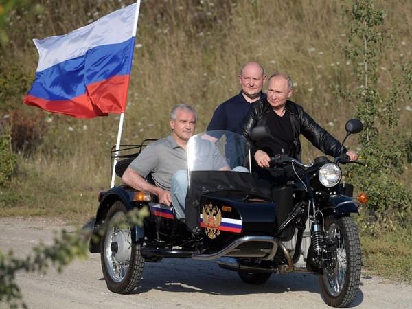 «...Нормы правил не распространяются». Владимира Путина не будут штрафовать за езду на мотоцикле без шлема в Крыму
