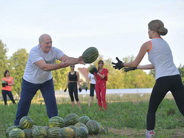 Юбиляр Лукашенко показал свои арбузы в компании «модельных колхозниц»