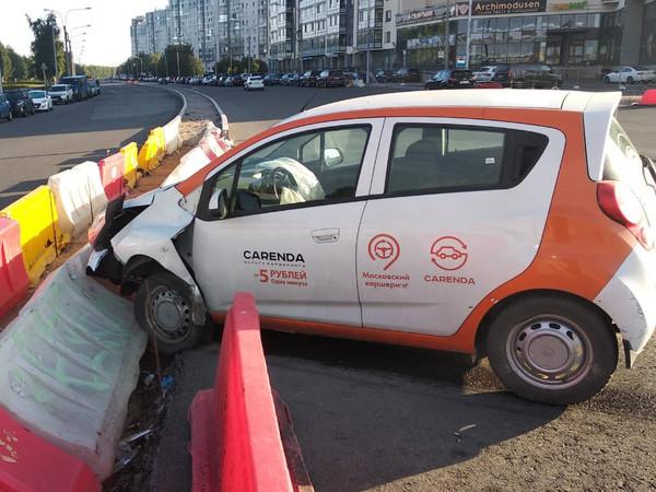 Пластиковые барьеры остановили «московский каршеринг» на углу Шуваловского и Мебельной