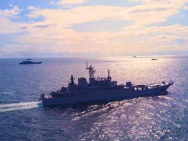 Минобороны показало, как корабли Балтийского флота отражают налет «вражеской» авиации