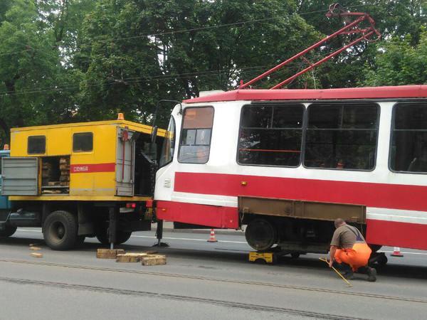 На углу Загородного и Верейской «приболел» трамвай. Его пришлось подталкивать
