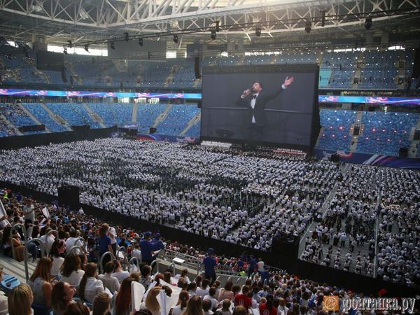 «Газпром Арена» и рекордный патриотический экстаз. В Петербурге спели для книги Гиннесса