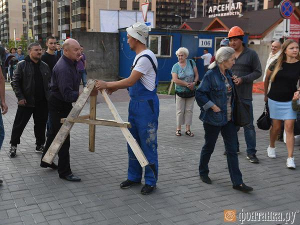 """Муринцы отстояли дорогой сердцу газон. Протестующие временно остановили стройку """"шаверматория"""""""