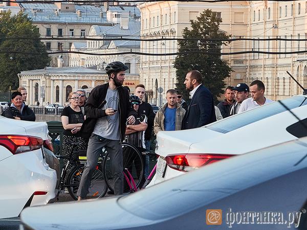 Розовый велосипед и черный BMW не поделили Невский. Рука в пиджаке расколотила шлем