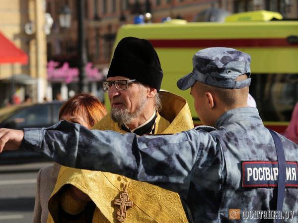 Невский перекрыт: в центре Петербурга тысячи верующих начали крестный ход