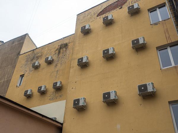 В центре Петербурга станет жарче.  Минкульт начал борьбу за чистоту фасадов домов-памятников от кондиционеров и антенн