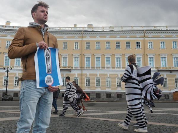 Актеры вышли на Дворцовую в поддержку коллеги Устинова. Их пятеро
